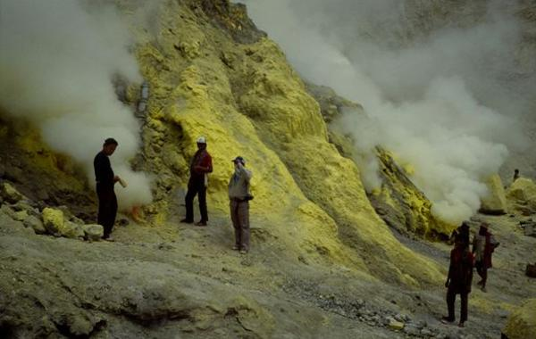 Prof. Verstappen at the solfatara of the Ijen crater on Eastern Java